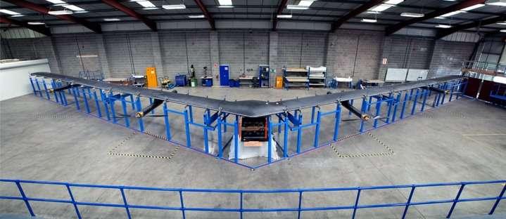 Le drone solaire Aquila développé par Facebook. Son envergure est équivalente à celle d'un Boeing 737 mais il ne pèse que 450 kg. Les premiers essais de vol auront lieu d'ici la fin de l'année. À terme, Facebook compte déployer des flottes de ces appareils pour créer un accès Internet à haut débit dans des zones non desservies. © Facebook