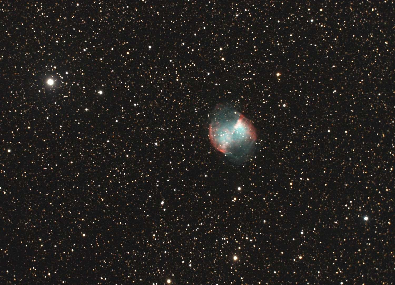 Messier 27, nébuleuse de l'Haltère, Dumbbell : trois noms pour une même nébuleuse planétaire dans la constellation du Petit Renard. © P. Renauld