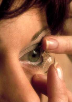 Mieux vaut choisir des lentilles que l'on renouvelle souvent, donc des lentilles journalières ou bimensuelles. © Phovoir