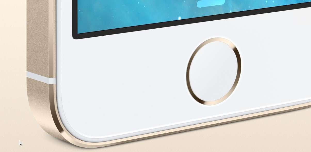Même si l'adoption d'un capteur d'empreintes digitales pour l'iPhone 5S avait été largement éventée, Apple a démontré son savoir-faire pour le fondre dans le design de son smartphone sans l'altérer. © Apple