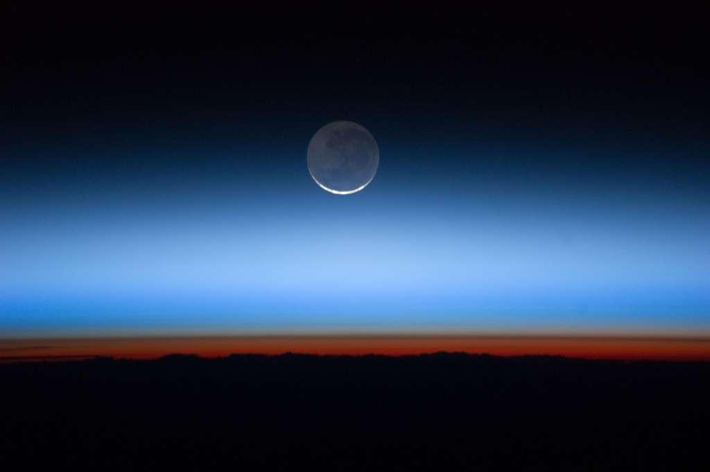 Sur cette image prise depuis l'ISS, on peut voir avec des teintes colorées les différentes couches de l'atmosphère. La tropopause correspond à la fine ligne marron située au-dessus de la couche orange, la troposphère. © Nasa Earth Observatory, Flickr, CC by 2.0