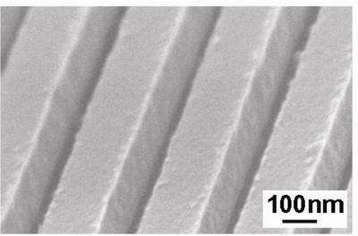 Pour améliorer la réflexion, la couche d'arséniure de gallium et d'aluminium, des sillons parallèles sont creusés dans le réflecteur. Leur longueur d'onde est inférieure à celle de la longueur d'onde réfléchie. Crédit : Michael Huang, UC Berkeley.
