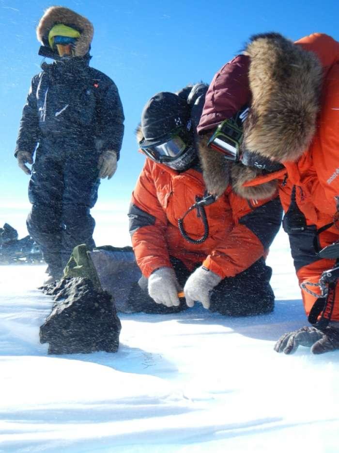 Une chondrite de 18 kg découverte au sud de la station belge Princesse Élisabeth en Antarctique. Une aussi grosse météorite n'avait pas été trouvée depuis 1988. © International Polar Foundation