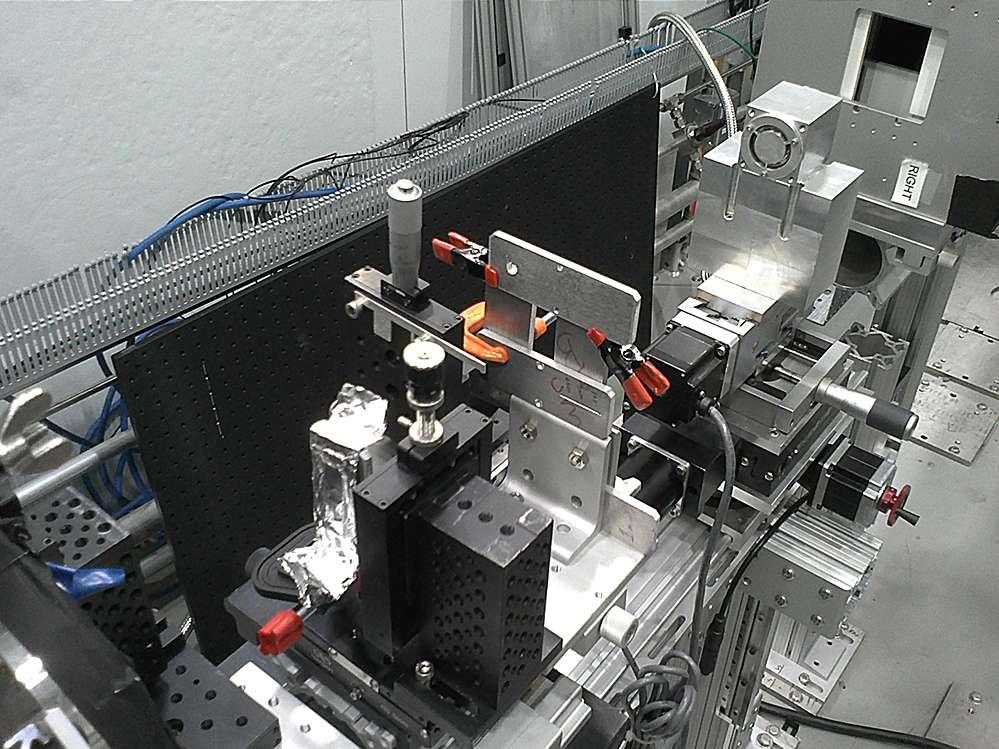 On voit sur cette image en haut à droite un cube métallique. Il contient le microscope à neutrons des chercheurs du MIT, alors qu'il était en test avec des faisceaux de neutrons du réacteur nucléaire de la célèbre université américaine. © Boris Khaykovich, MIT