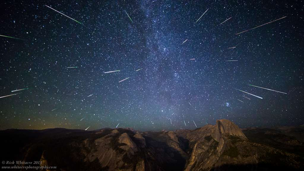 Image composite du célèbre essaim météoritique des Perséides. Le pic d'activité de cette pluie d'étoiles filantes se déroule chaque année dans la nuit du 12 au 13 août. Le radiant apparaît clairement au sein de la constellation de Persée. © Rick Whitacre
