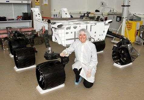Cette photo du Mars Science Laboratory en cours d'assemblage donne une idée de sa taille. Crédit Nasa