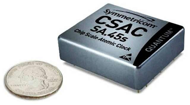 Une vue du CSAC comparé à la taille d'une pièce de 25 cents américains, de 24,26 mm de diamètre. © Symmetricom