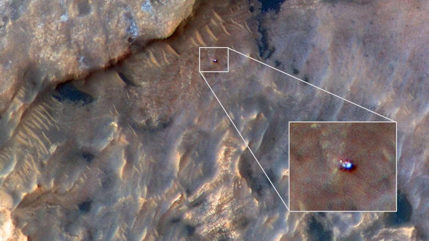 Le rover Curiosity vu le 31 mai 2019 sur les flancs du mont Sharp, au centre du cratère Gale (au niveau de l'équateur martien), par la sonde Mars Reconnaissance Orbiter (MRO). © Nasa/JPL-Caltech