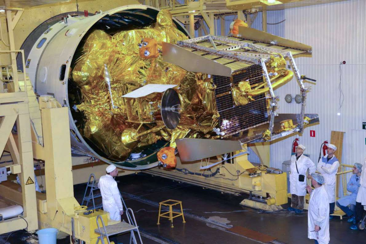 La sonde Phobos-Grunt en cours d'installation dans son lanceur. Si cette mission réussit, ce sera la première fois que l'on rapporte sur Terre des échantillons du système martien. © Roscosmos