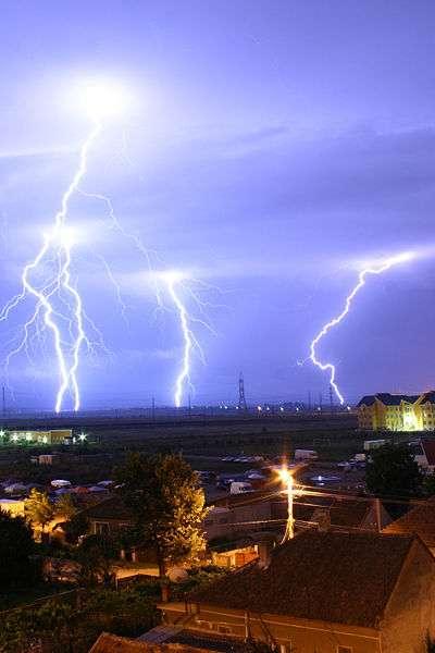 L'électrostatique est l'étude des phénomènes qui conduisent notamment la foudre. © Nelumadau, Domaine Public, Wikimedia Commons