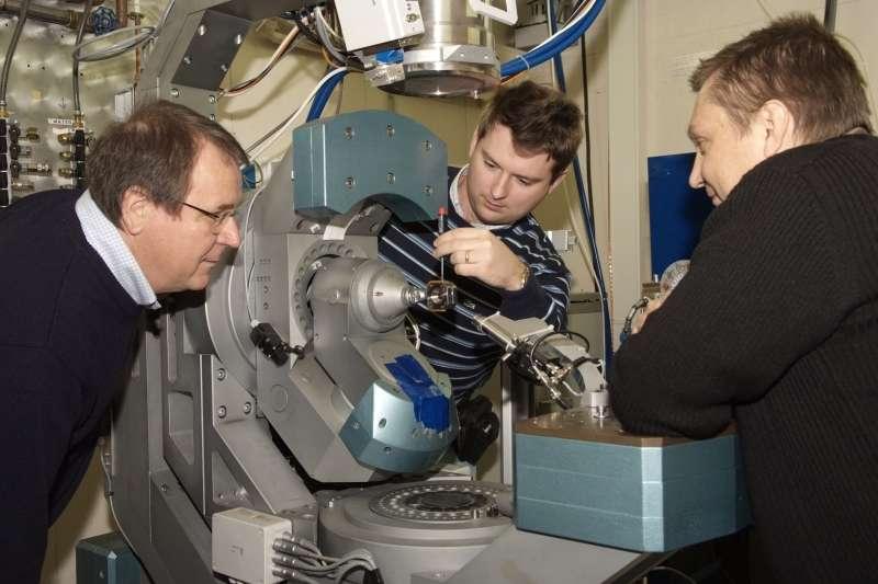 L'équipe de l'ESRF. Yaroslav Filinchuk, entouré de Vladimir Dmitriev (à gauche) et Dmitry Chernyshov (à droite). © C.Argoud.