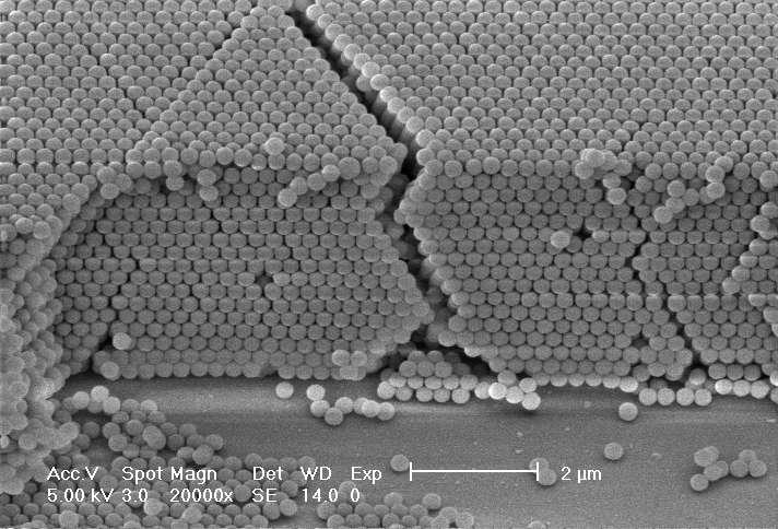 Une vue au microscope de la structure d'un cristal photonique. On voit ici qu'il est constitué d'un empilement de petites sphères. Crédit : Koen Clays