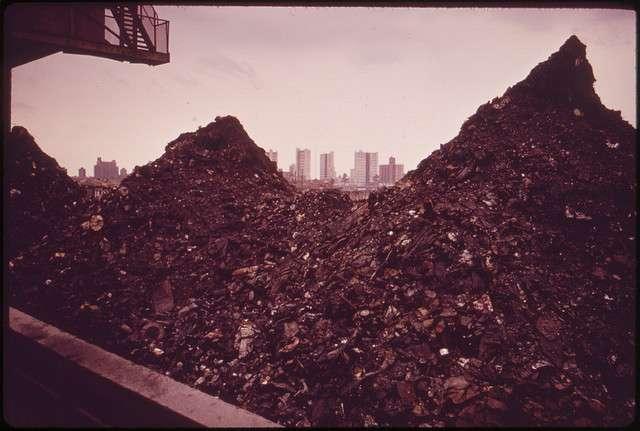 Barge de déchets d'incinération destinés à l'immersion (New York, 1973). © Arthur Tress / U.S. National Archives