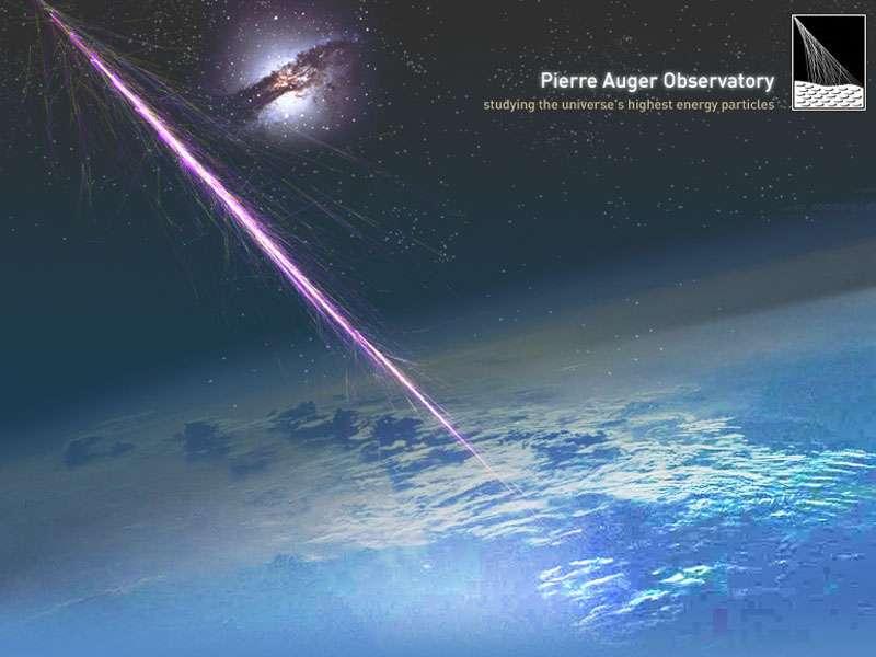 Un rayon cosmique à ultra-énergie pénètre dans l'atmosphère terrestre. En médaillon, un noyau actif de galaxie, une source possible. Crédit : Pierre Auger Observatory Team