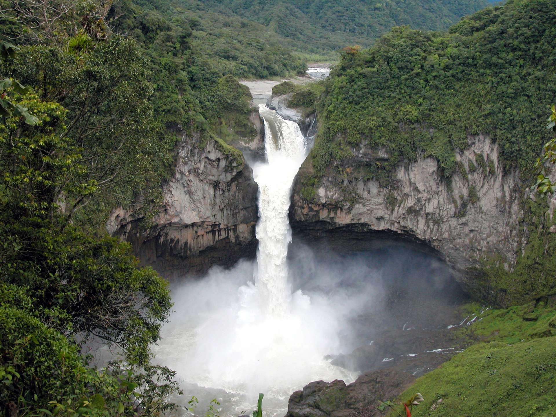 La chute de San Rafael, qui mesurait 150 mètres de haut (ici photographiée en 2012), ne forme plus que trois minces ruisseaux. La rivière a été engloutie par un immense trou juste en amont. © Ministère du tourisme de l'Équateur
