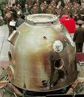 Shenzhou 1 au garde-à-vous devant un parterre d'officiels.source image : Space News Internationale