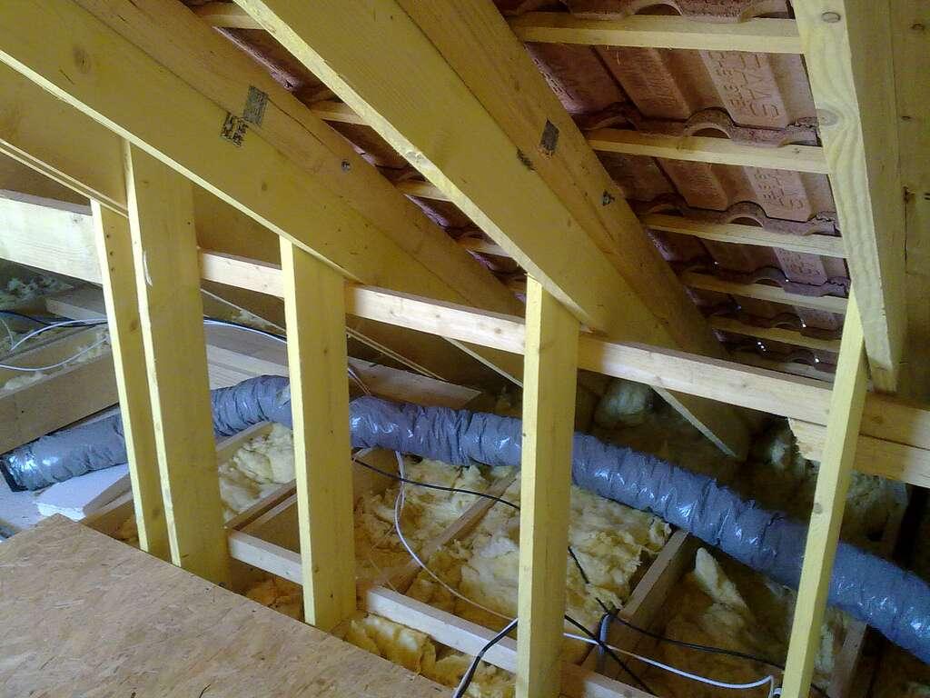 Dans les vides laissés dans les toitures en pente, les cloisons ou les planchers, vous pouvez tout simplement remplir avec des fibres de bois en vrac. © Tony Chaumont, Flickr, cc by sa 2.0