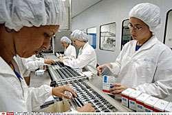 Photo © Alexandre Meneghini/AP/Sipa, Paris: Depuis 1997, le Brésil produit des génériques à partir de médicaments antisida libres de droits.