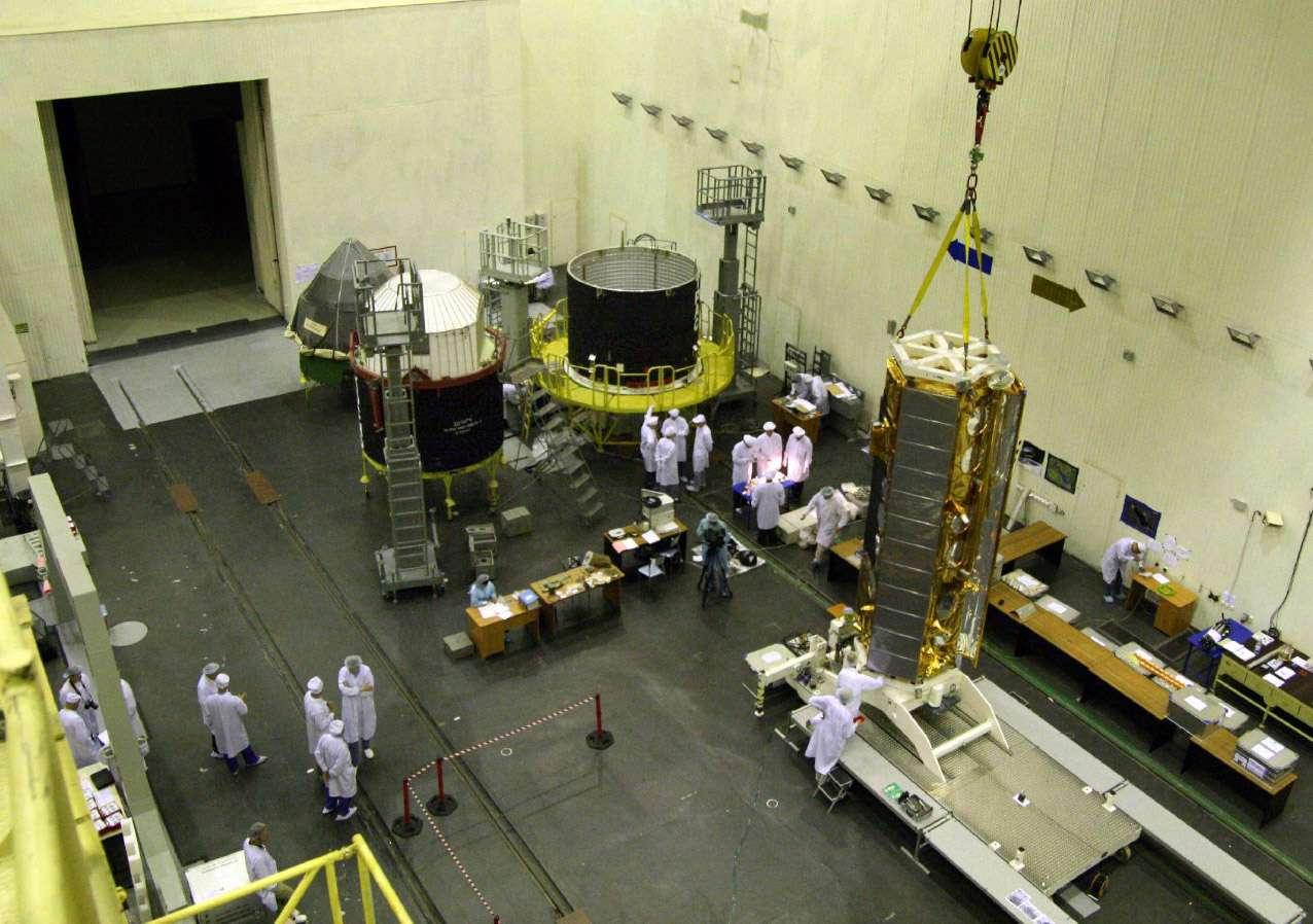 A Baïkonour, intégration du satellite Tandem-X dans la coiffe de Dniepr, un ancien missile balistique russe reconverti en lanceur. Crédit Astrium