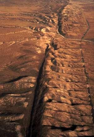Les failles géologiques affichent des tailles variables. Certaines ne font que quelques millimètres, tandis que d'autres s'étendent sur plusieurs centaines de kilomètres. Cette photographie montre la faille décrochante de San Andreas, en Californie. © USGS, DP