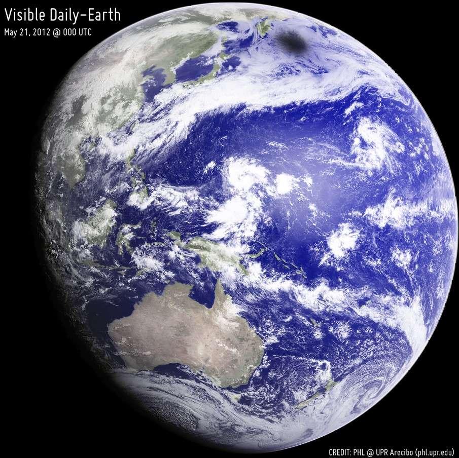 L'ombre de la Lune sur la Terre semble bien petite sur cette image réalisée par le satellite géostationnaire MTSat. © PHL