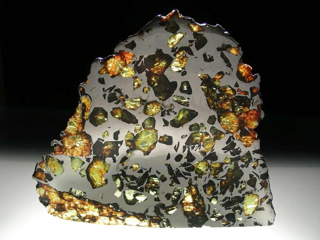 La météorite Esquel est une pallasite trouvée en 1951 dans la province de Chubut en Argentine. Ces météorites sont constituées d'une trame de fer et de nickel dans laquelle se détachent des grains d'olivine. © L. Carion, carionmineraux.com