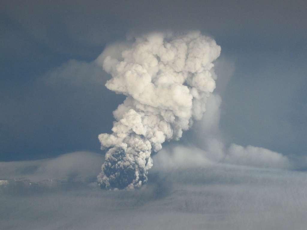 L'éruption du Grímsvötn en Islande avec son panache de cendres le 22 mai 2011. © Matthew J. Roberts