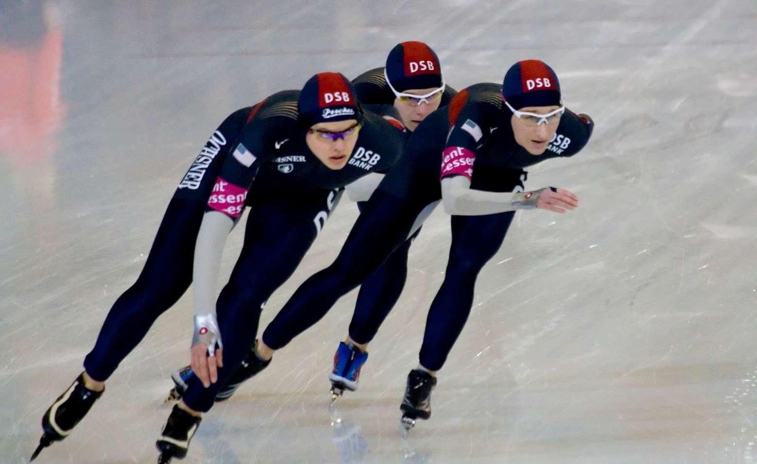 Les patineurs de vitesse états-uniens disposent d'une combinaison idéale censée améliorer leurs chronos aux Jeux olympiques de Sotchi. La confirmation en compétition se fait attendre. © Adrian8_8, Wikipédia, cc by 2.0