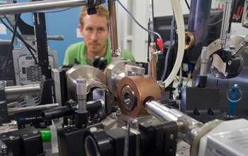 Le dispositif expérimental utilisé sur la ligne de lumière ID27 de l'ESRF. Il permet d'enregistrer les cartes de diffraction et de fluorescence à hautes pressions et températures. La cellule à enclumes de diamants est placée à l'intérieur du cylindre de cuivre au centre du dispositif. Le but étant de mieux comprendre les points chauds. © Blascha Faust, ESRF