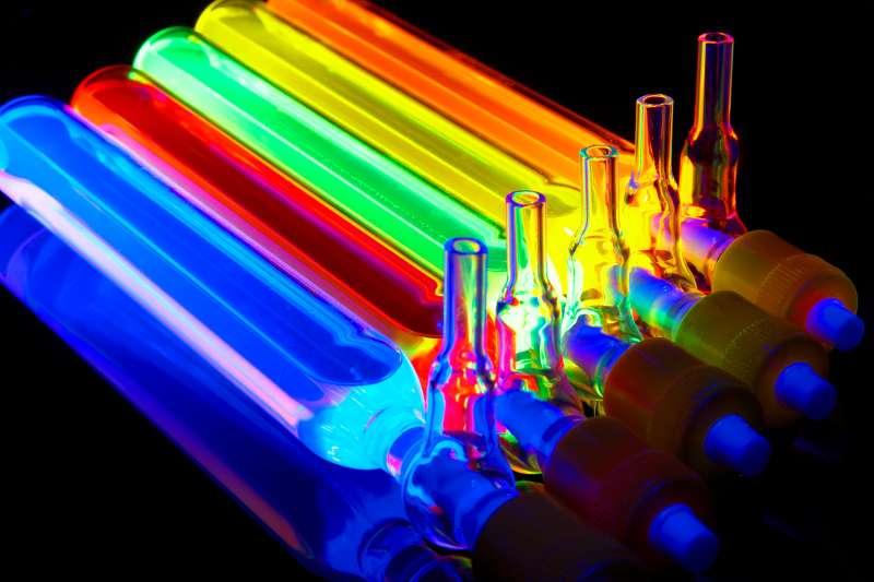 La luminescence féerique réémise par les boîtes quantiques éclairées par une source lumineuse. En changeant la taille des « boîtes », il est possible de contrôler la couleur de la lumière qu'elles absorbent ou réémettent. Et donc d'accorder la pile à combustible solaire aux longueurs d'onde du spectre visible que l'on souhaite capter. © Nanoco Technologies Ltd