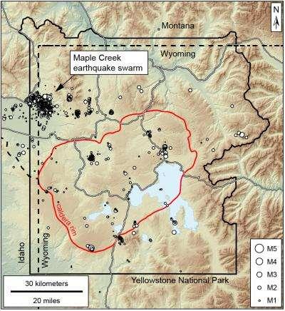 Entre juin 2017 et mars 2018, un essaim de plus de 3.000 séismes de faible magnitude (inférieure à 5) a été enregistré dans la région de Maple Creek, dans le parc national de Yellowstone, au nord-ouest de la caldeira (délimitée par un trait rouge). Une partie d'entre eux constituent des répliques d'un puissant tremblement de terre qui a frappé le site en 1959. © USGS