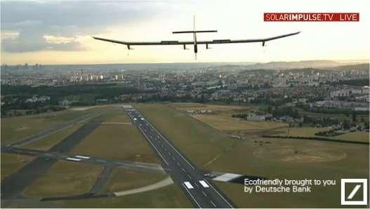 Il est un peu plus de 21 h 00. L'avion solaire HB-SIA se présente sur l'aéroport du Bourget après un long vol de 16 heures depuis Bruxelles et un détour par la Bourgogne, soit 674 km parcourus à la vitesse de 42 km/h. © Solar Impulse