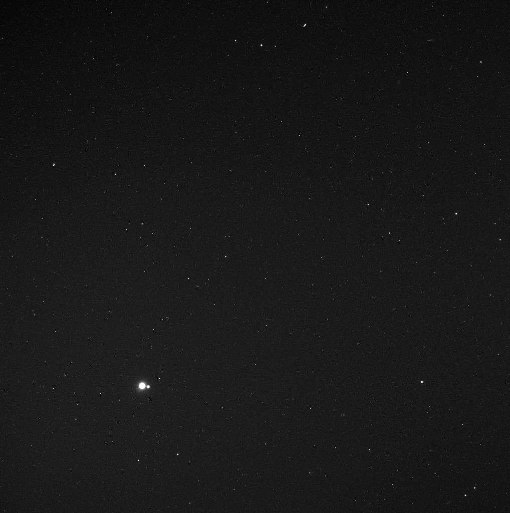 La Terre et la Lune, deux petits points lumineux photographiés le 6 mai 2010 par la sonde Messenger à 183 millions de kilomètres. Crédit Nasa/Johns Hopkins University Applied Physics Laboratory/Carnegie Institution of Washington