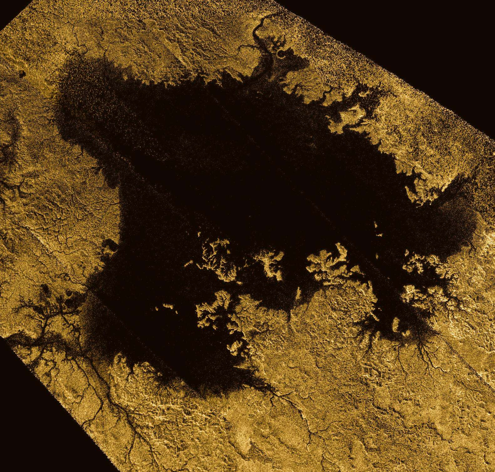 Ligeia Mare, montré ici dans une image en fausses couleurs obtenue en combinant des observations du radar de Cassini, est le deuxième grand lac sur Titan. Il mesure environ 420 km sur 350 km. Il est rempli d'hydrocarbures légers liquides, tels que l'éthane et le méthane. On trouvait déjà des traces de ces hydrocarbures, ainsi que leurs alcènes et alcynes dans l'atmosphère de Titan. Jusqu'à récemment, le propène n'avait pas été détecté dans cette atmosphère alors que c'était le cas du propane et du propyne. © Nasa, JPL-Caltech, ASI, Cornell