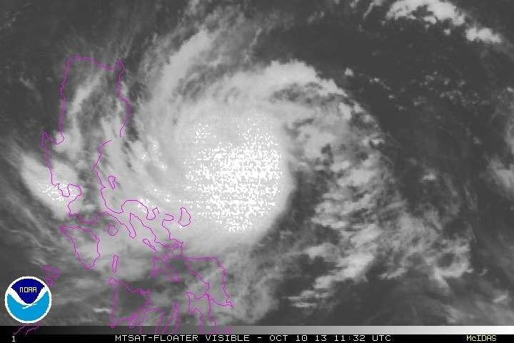 Le typhon Nari vu par le satellite MTSat le 10 octobre 2013 à 11 h 32 UTC. © NOAA