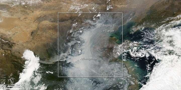 Les satellites Aqua et Terra de la Nasa ont capturé cette image en couleur naturelle du smog en Chine, le 8 octobre 2010. Celui-ci est visible via le nuage blanc laiteux et gris couvrant le centre de l'image. La pollution aux particules fines peut augmenter le risque de décès après une crise cardiaque. © Nasa