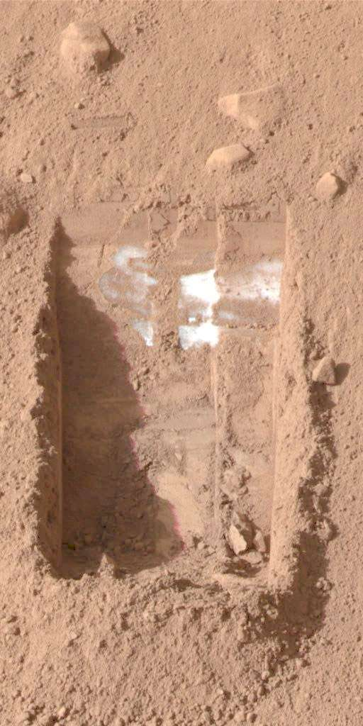 Petite tranchée creusée par le lander Phoenix de la Nasa qui montre la présence de glace d'eau. © Nasa/JPL-Caltech/U. Arizona/Texas A&M University