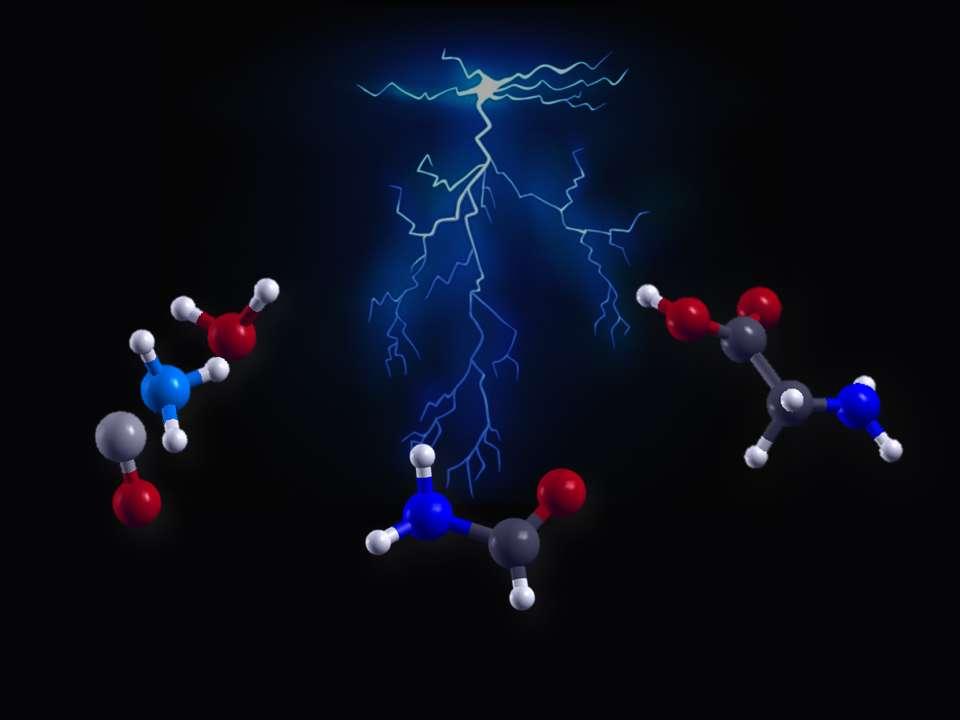 Vue d'artiste de l'effet d'un éclair ou d'un champ électrique intense sur trois molécules simples, à gauche : de l'eau, de l'ammoniac et du monoxyde de carbone (de haut en bas). La réaction produit d'abord du formamide (COH-NH2, au centre) puis l'acide aminé le plus simple, la glycine (à droite). © A. Marco Saitta (IMPMC/UPMC) et Franz Saija (IPCF/CNR)
