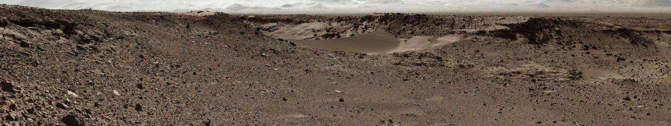 Le passage entre deux monticules rocheux, nommé Dingo Gap, photographié au cours de l'après-midi martien du 28 janvier (sol 526) par la caméra gauche du mât (MastCam) de Curiosity. Environ 115 mètres séparent le rover de ce relief, qu'il pourrait emprunter dans les prochains jours. © Nasa, JPL-Caltech, MSSS