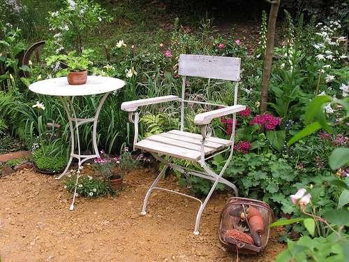 Le mobilier de jardin extérieur doit être résistant et confortable. © Crinklecrankle.com, Flickr, CC BY 2.0
