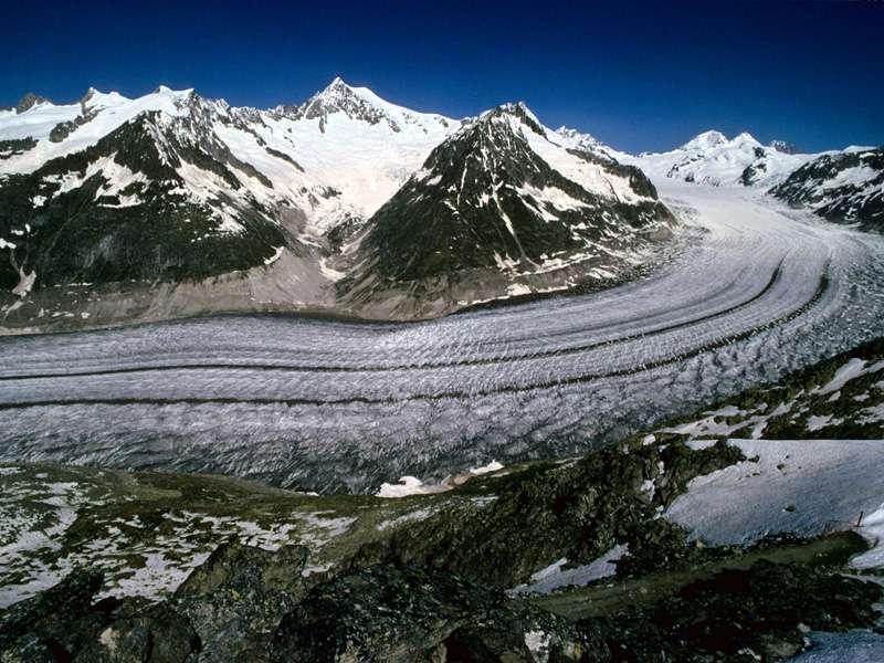 Le glacier Aletsch, dans le canton du Valais, le plus grand glacier alpin, vu de l'Eggishorn. Lui et les deux autres glaciers de la région (Oberaletschgletscher et Mittelaletschgletscher) contiennent 24% du volume de glace de la Suisse. © F. Funk-Salamì/ETH