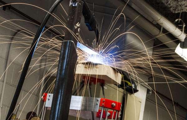 Pour fabriquer des pièces en métal, l'imprimante 3D conçue par une équipe de l'université technologique du Michigan utilise un poste à souder MIG. Une option technique ingénieuse, mais qui nécessite de prendre des précautions. © Michigan Tech Open Sustainability Technology research group
