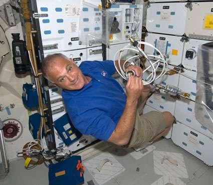 Dave Wolf, spécialiste de mission, au travail dans le pont intermédiaire de la navette Endeavour, durant le jour 1 de la mission STS-127. © Nasa
