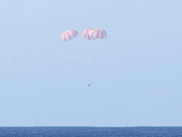 Retour sur Terre de la capsule Dragon après son vol historique du 8 décembre 2010 qui marque un tournant significatif dans la stratégie américaine de l'accès à l'espace. © SpaceX