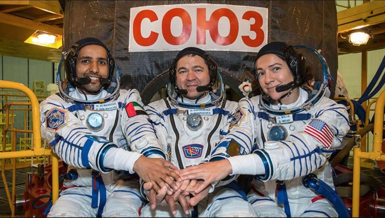 Sélectionné parmi 4.022 candidats, l'astronaute émirati Hazza Al Mansouri (à gauche) n'a appris qu'en septembre 2018 qu'il ferait partie de cette aventure spatiale. Selon la Nasa, à compter de ce jour et depuis sa mise en service en 2000, l'ISS a accueilli 19 nations différentes, représentées par 239 astronautes. © Nasa, Twitter