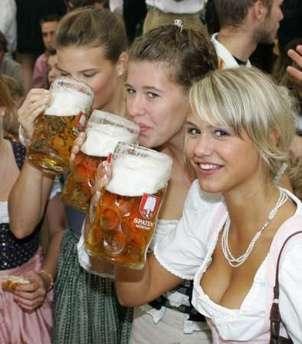 Sans Saccharomyces carlsbergensis issu des souches cerevisiae et eubayanus , pas de bière moderne et pas de fête de la bière pour ces jeunes munichoises. © DR