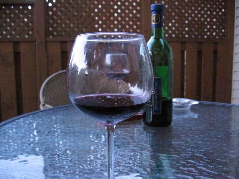 Chez le ver Caenorhabditis elegans, une très faible consommation d'alcool lui permet de vivre deux fois plus longtemps. Mais attention à ne pas extrapoler à l'Homme trop vite ! Pour l'heure, si certaines études ont identifié des effets positifs d'une petite consommation quotidienne de vin rouge, l'alcool est l'une des principales causes de cancer et des accidents de la route. © Gary J. Wood, Flickr, cc by sa 2.0