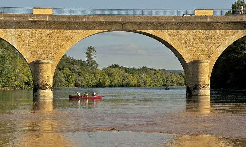 Une randonnée en canoë en Dordogne, aux abords du pont de Limeuil. © Jebulon, Wikimedia Commons, DP