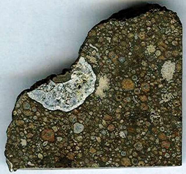 Un fragment de la météorite Northwest Africa 2364 tombée dans le désert du Sahara marocain. Crédit : T. E. Bunch