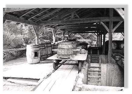"""Visite d'un ancien atelier de distillation à Luxey - Avant d'être distillée, la résine était vidée dans des fosses à ciel ouvert - les """"barques"""". © www.littoral33.com - Tous droits réservés"""